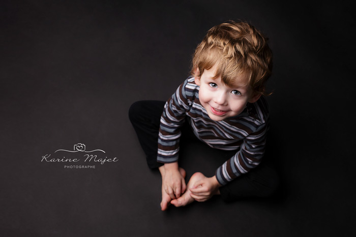 shooting enfant Paris sourire garçon studio photo fond noir de Karine Majet photographe