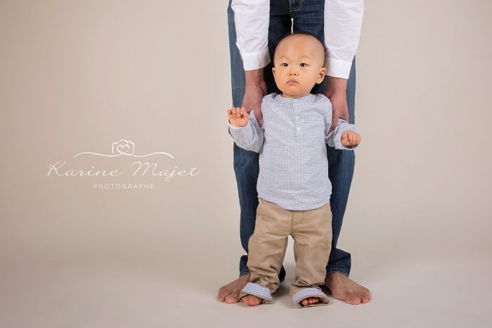 shooting-photo-enfant-bebe-debout-jambes-papa-karine-majet-photographe-700x467