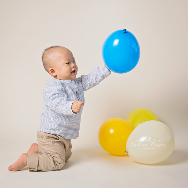 shooting-photo-enfant-bebe-joue-ballons-multicolores-karine-majet-photographe