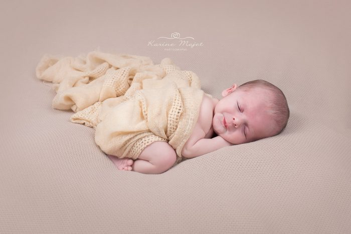 shooting photo bébé Rambouillet photo de studio fond beige Karine Majet photographe