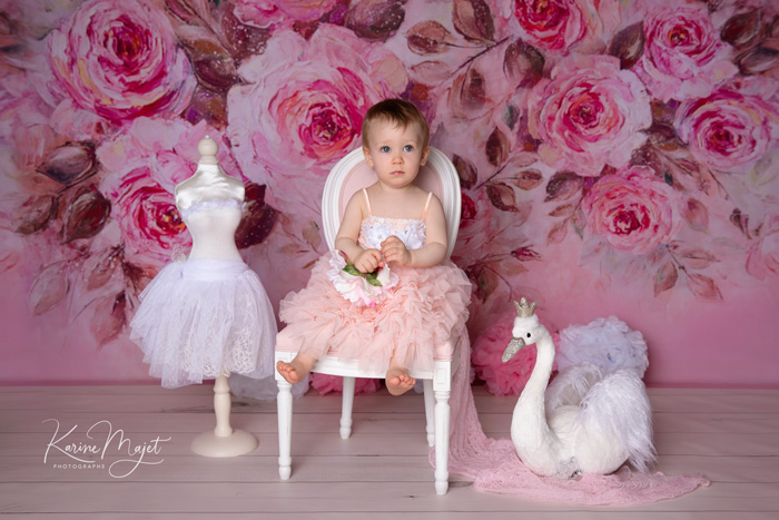 kid photo shoot lovely and delicate princess set up pink and with swan karine majet photographer