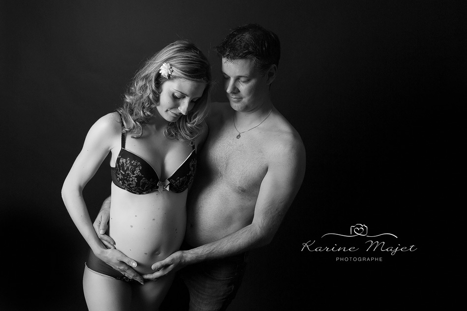 shooting grossesse Plaisir photo noir et blanc couple Karine Majet photographe