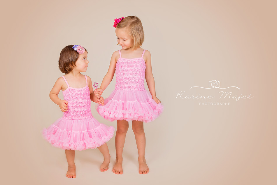seance-photo-enfants-robe-rose-karine-majet-photographe-studio