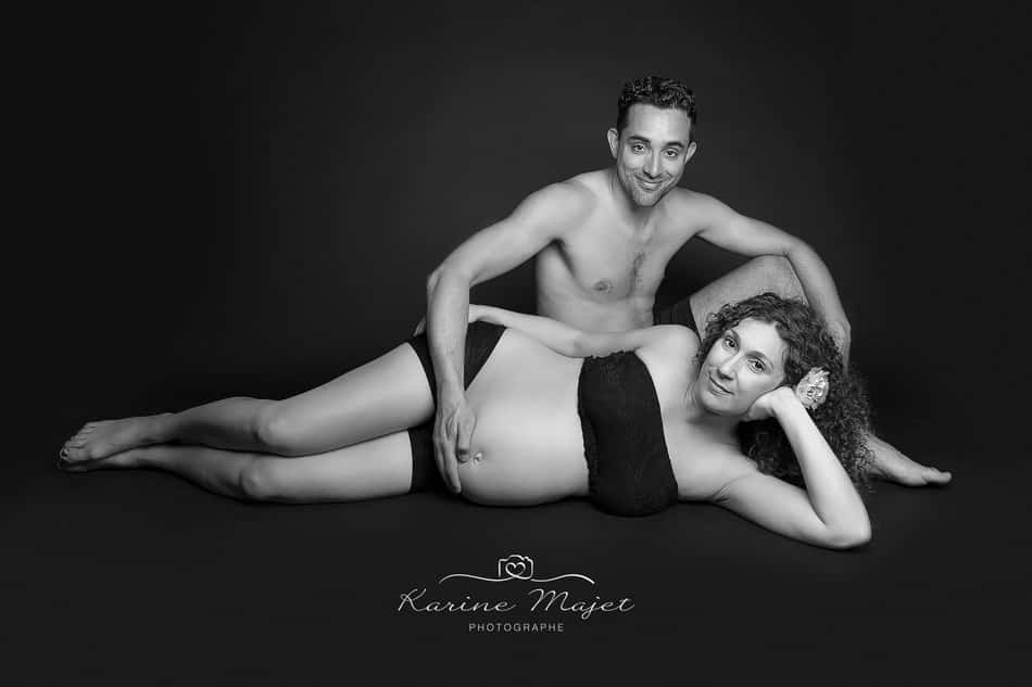 vive la grossesse couple photo en noir et blanc Karine Majet photographe
