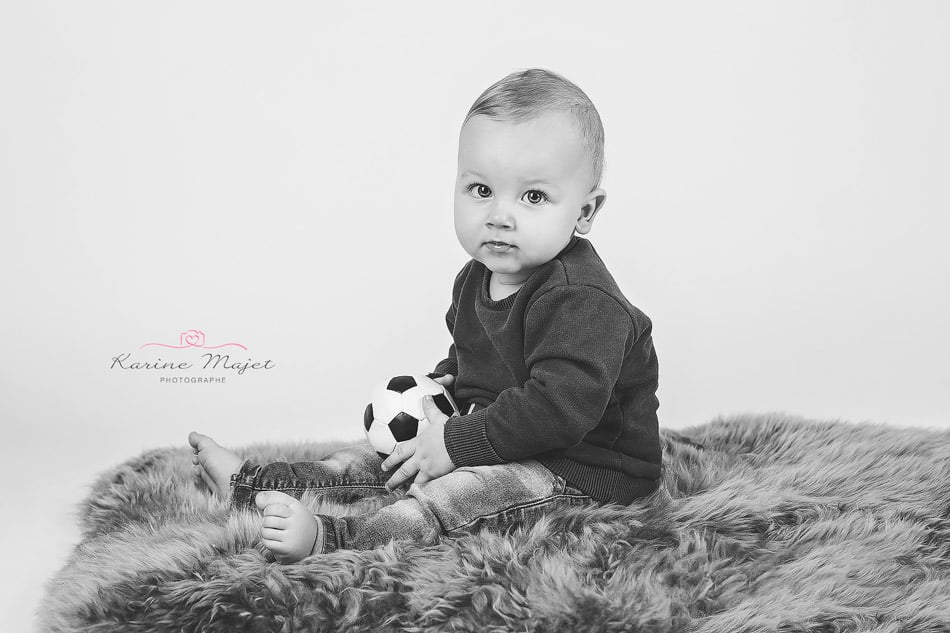 baby photographer Garches baby boy black and white portrait football