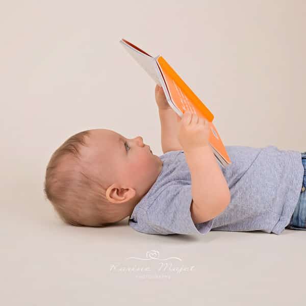 baby photographer Garches baby boys reads a book