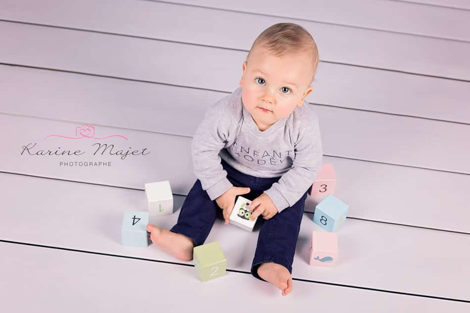 baby photographer Garches baby boy plays