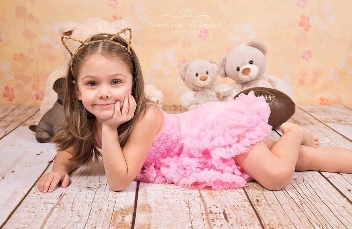 photographe-enfant-paris-petite-fille-allongee-ourson-karine-majet-photographe-700x457
