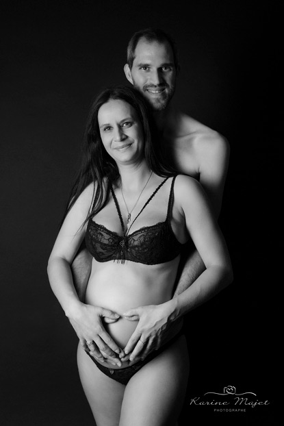 photo-grossesse-couple-noir-et-blanc-fond-noir-studio-karine-majet-photographe-paris