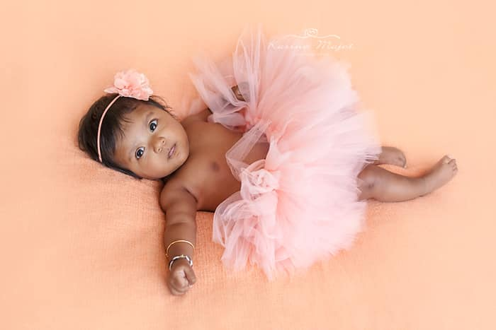 shooting photo bébé bobigny photographe petite fille en tutu saumon karine majet photographe