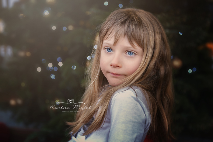 photo-enfant-ski-idee-photo-petite-fille-grands-yeux-bleus-karine-majet-photographe