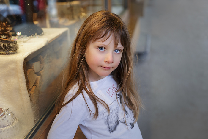 photo-enfant-ski-portrait-fille-vitrine-magasin-karine-majet-photographe