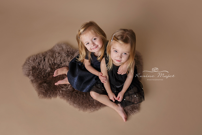 shooting-enfant-jumelles-en-studio-karine-majet-photographe-paris