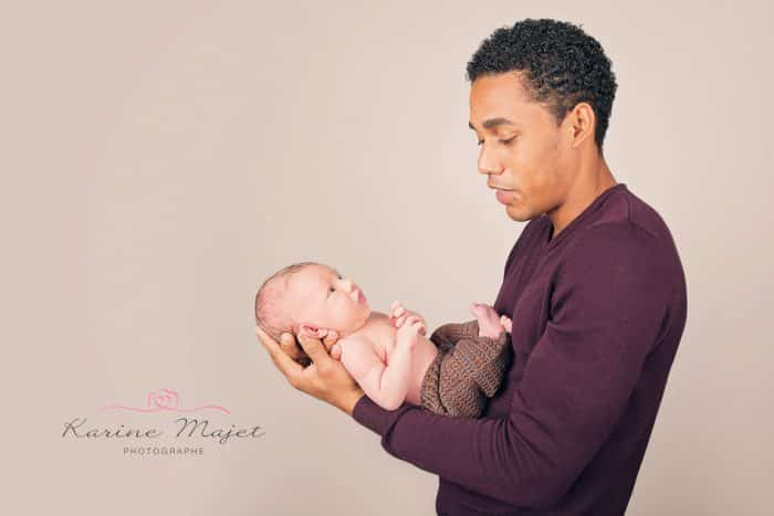 photo-bebe-naissance-papa-calin-bebe-karine-majet-photographe-700x467