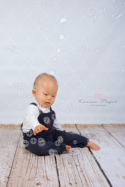 shooting-photo-enfant-bebe-joue-bulle-savon-karine-majet-photographe