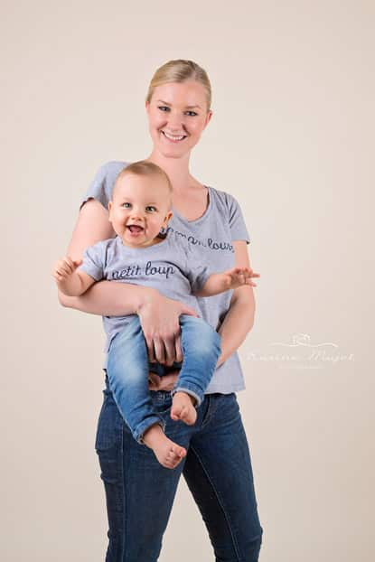 baby photographer Garches baby boys has a great time with his mum