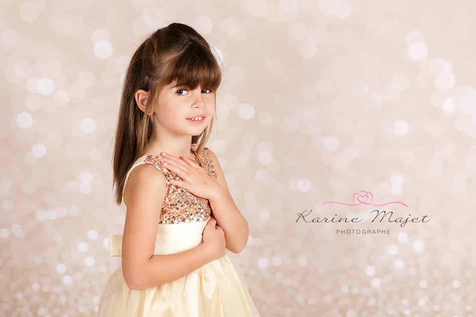 christmas-photo-session-five-year-old-portrait-golden-background-karine-majet-photographe-paris