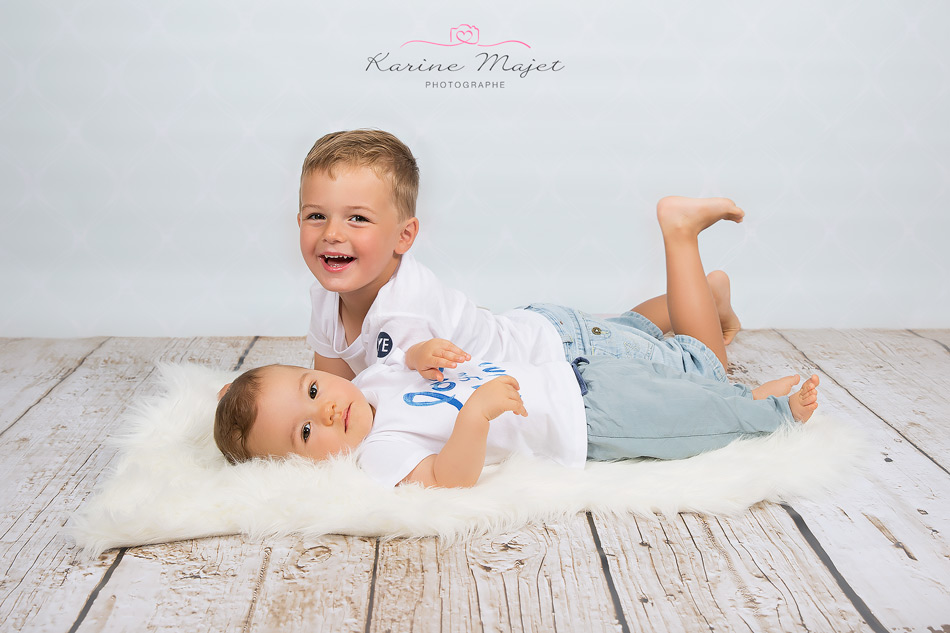 kid photo shoot two boys laughing Karine Majet photographe Paris