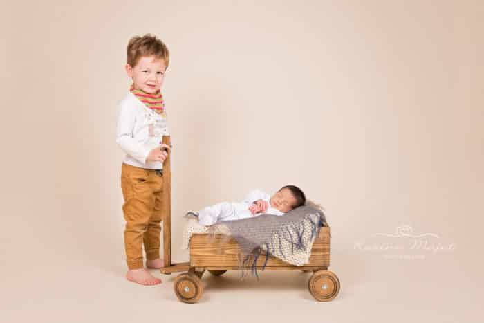 newborn-photos-baby-and-siblings-karine-majet-photograph-700x467