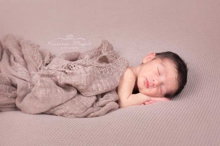 newborn photos brown wrap karine majet photographe