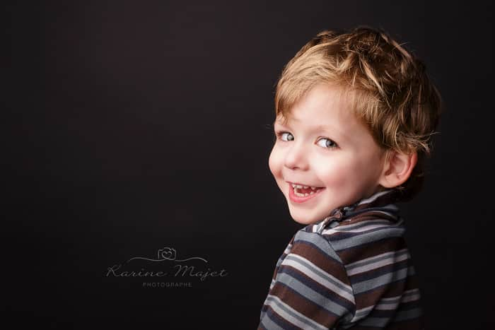 seance-photo-enfant-sourire-garcon-yvelines-studio-photo-karine-majet-photographe