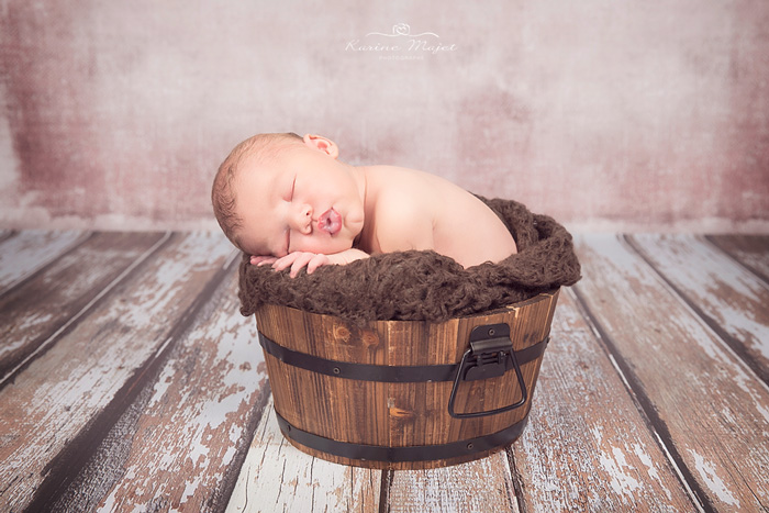 photo-bebe-naissance-baquet-bois-studio-karine-majet-photographe